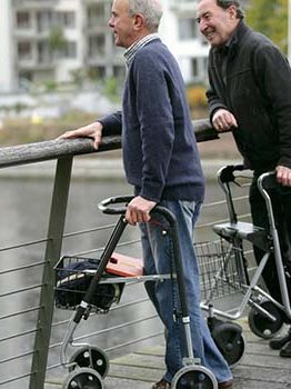 Come incoraggiare un anziano ad utilizzare un deambulatore